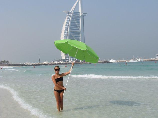 В октябре погода в Дубае отлично подходит для отдыха на пляже, однако в разгар дня все еще лучше находится в тени, например, под зонтиком!