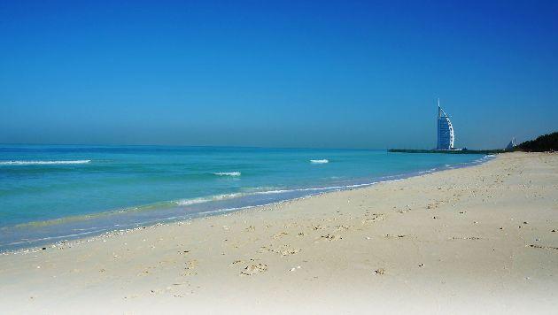 Летом на курортах ОАЭ у моря купающихся можно встретить разве что утром  или вечером, в остальное же время пляжи практически пустуют