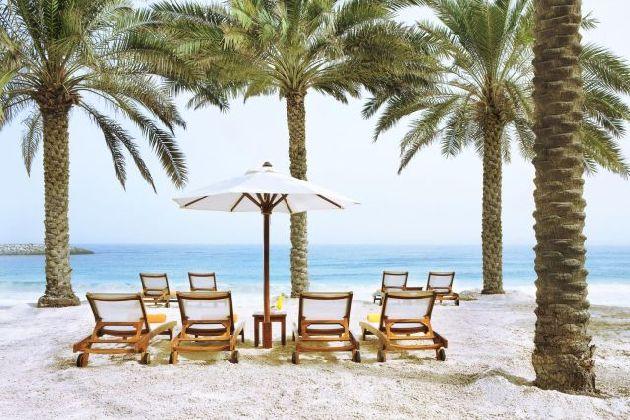Летом на пляже в ОАЭ скорее всего будет вот такая картина, ведь мало кто хочет жариться на беспощадном солнце