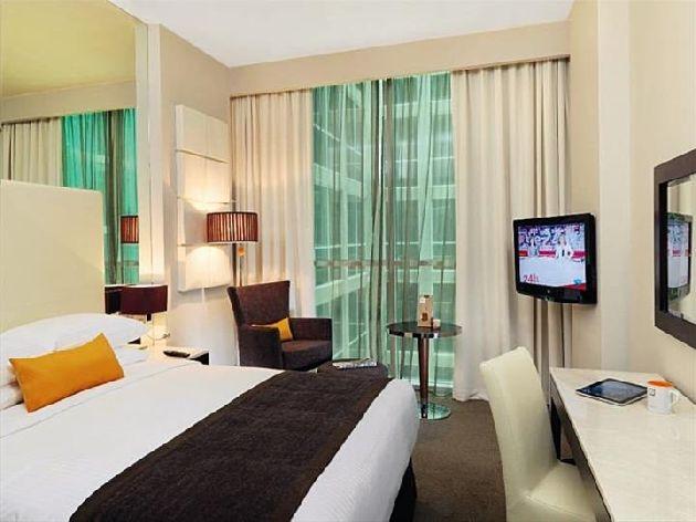 Современная меблировка, жк-телевизор, окна от пола до потолка - стандартный номер отеля ''Centro Sharjah - by Rotana''