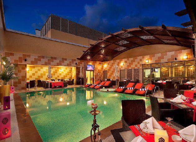 Бассейн со столиками на территории 4* отеля в Дубае