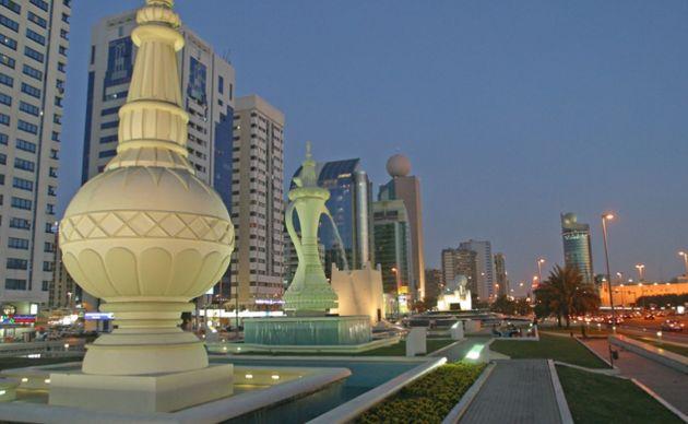 Каменные скульптуры на площади Al Ittihad в Абу-Даби