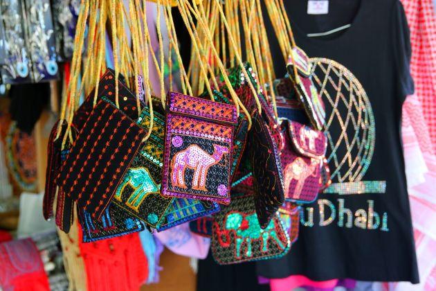 Накупите сувениров для себя и близких в сувенирных лавках Абу-Даби