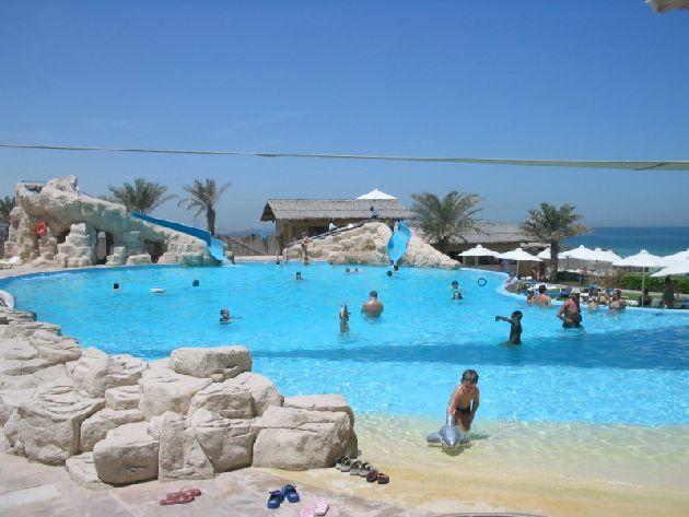 Бассейн отеля ''Coral Beach Resort Sharjah'' привлекает необычной отделкой