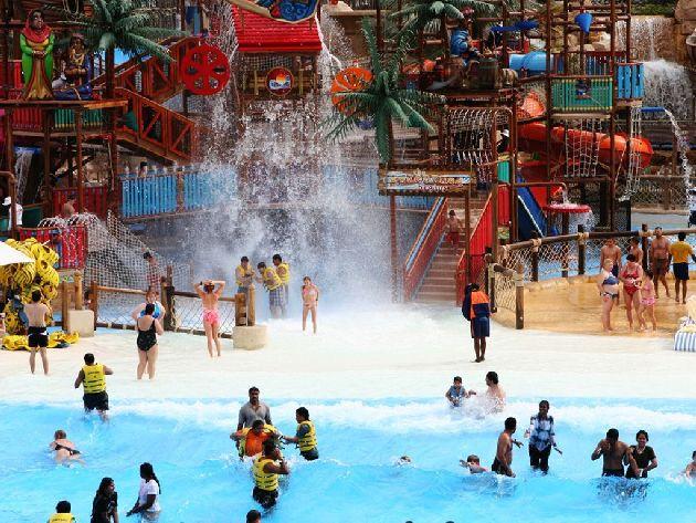 В ноябре уже не слишком жарко, поэтому можно подолгу проводить время в аквапарках, не боясь обгореть или получить тепловой удар