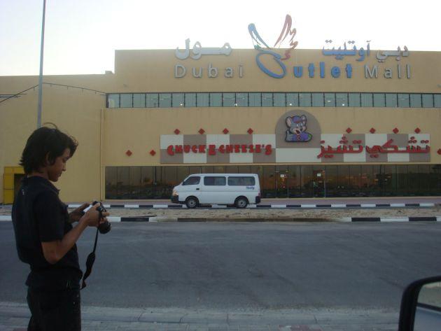 Дубай Аутлет Молл находятся на окраине Дубаев