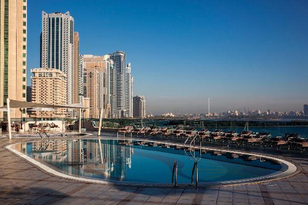 ''Hilton Sharjah'' насчитывает 18 этажей, ввод в строй был осуществлён в 2002 г.