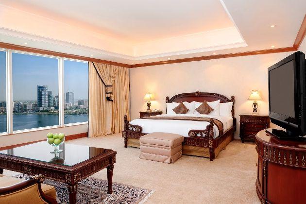 Роскошный номер в ''Hilton Sharjah'' с большими панорамными окнами