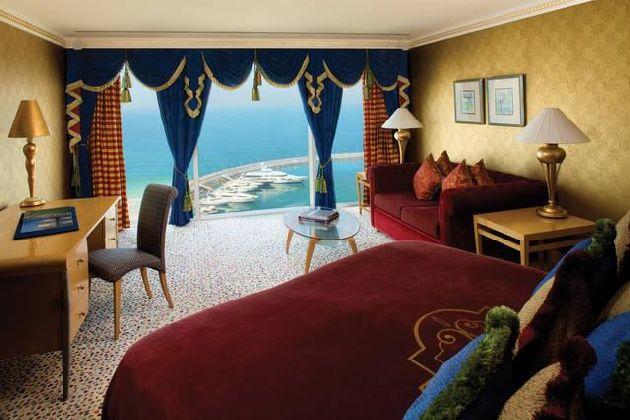 Панорамные окна отеля позволяют наслаждаться умопомрачительными видами на Персидский залив