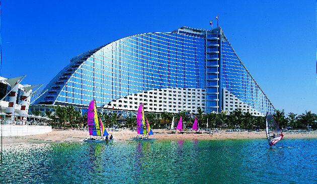 Отель ''Джумейра Бич'' начал работу в 1997 г., это первый проект известной гостиничной корпорации ''Jumeirah Group''