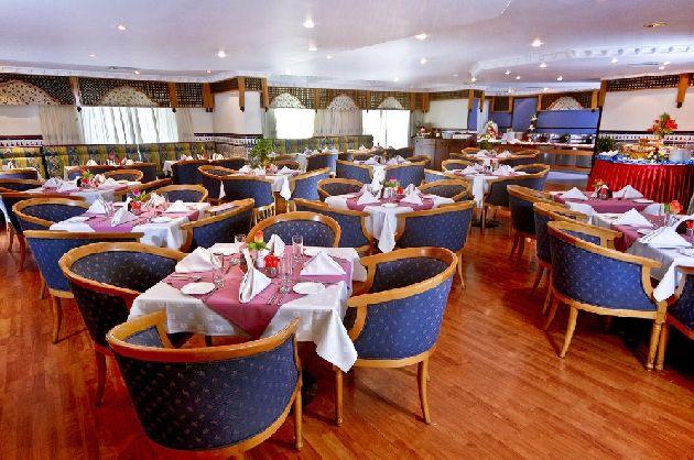 Меблировка ресторанов таких отелей без всяких излишеств, на фото - отель ''Landmark Plaza 3*', ресторан ''Shamiana''