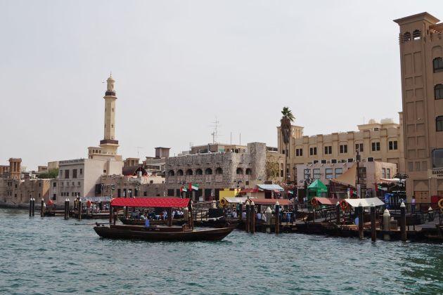 На правой стороне Дубайской бухты расположен колоритный район Дейра, славящийся  великолепными рынками, торговыми центрами, а также своей исторической архитектурой и ресторанами