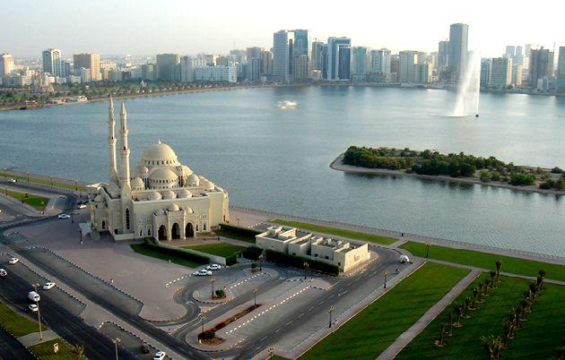 По количеству отелей Шарджа значительно уступает Дубаю и Абу-Даби, строительство гостиниц идёт медленными темпами, тем не менее многие из них весьма высокого уровня