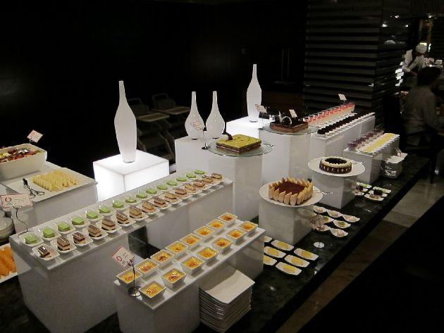 Вот так выглядит отдел с пирожными и десертами в отеле ''Sheraton Dubai Creek Hotel and Towers ''
