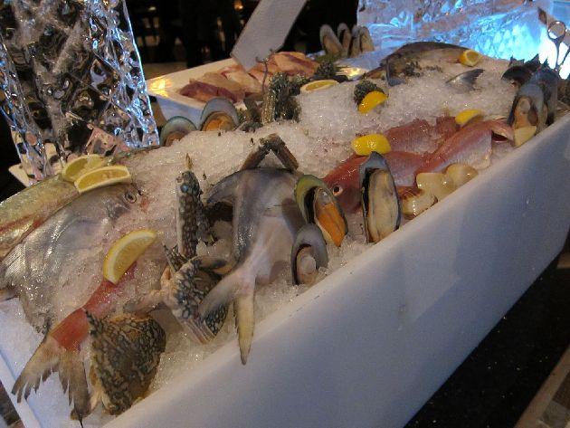 Крабы, омары, лосось, креветки - представленный ассортимент ничуть не хуже, чем в специализированном рыбном ресторане