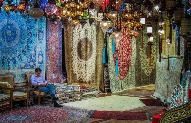 Говорят, что в Дубаях подделки (ковры машинного плетения) за настоящие  рукотворные изделия выдают достаточно  редко, то ли из-за уважения к совим традициям, то ли из-за религиозного страха.. а может из-за каких-либо законов?