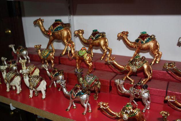 На худой конец всегда можно купить маленького верблюдика или магнитик.. однако, не экономьте на близких ))